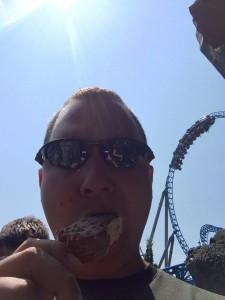 Ein Eis vor dem Blue Fire Mega Coaster im Europa Park