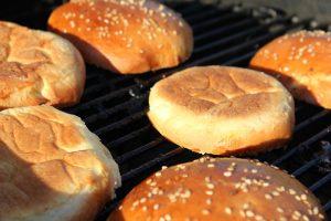 Burger Buns auf Grillrost