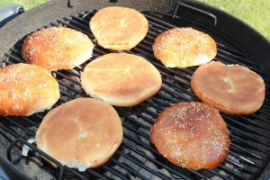Burger Buns auf dem Grillrost