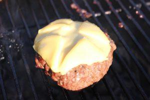 Burger Pattie mit Käse 2