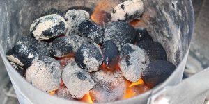 Kohle brennt im Anzündkamin