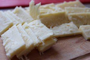 Cheddar Käse geschnitten